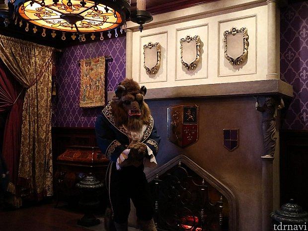食事が終わったらグリーティング。Beastが紳士的に出迎えてくれます。
