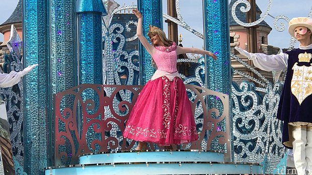 一番最初はオーロラ姫。 ステージ裏から登場!