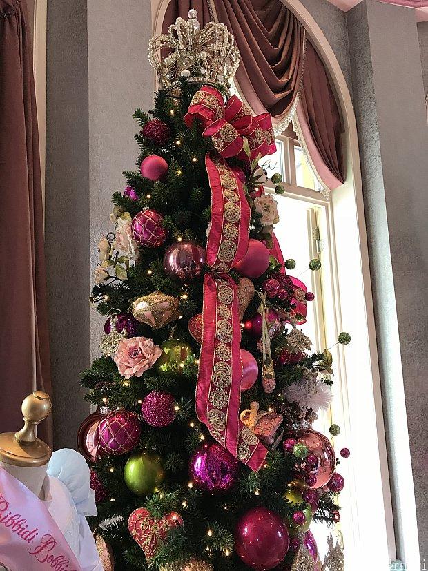 大きなクリスマスツリーが飾ってありました。 てっぺんに大きな王冠 オーナメントもハートやドレスやシューズのモチーフで、とても可愛かったです。