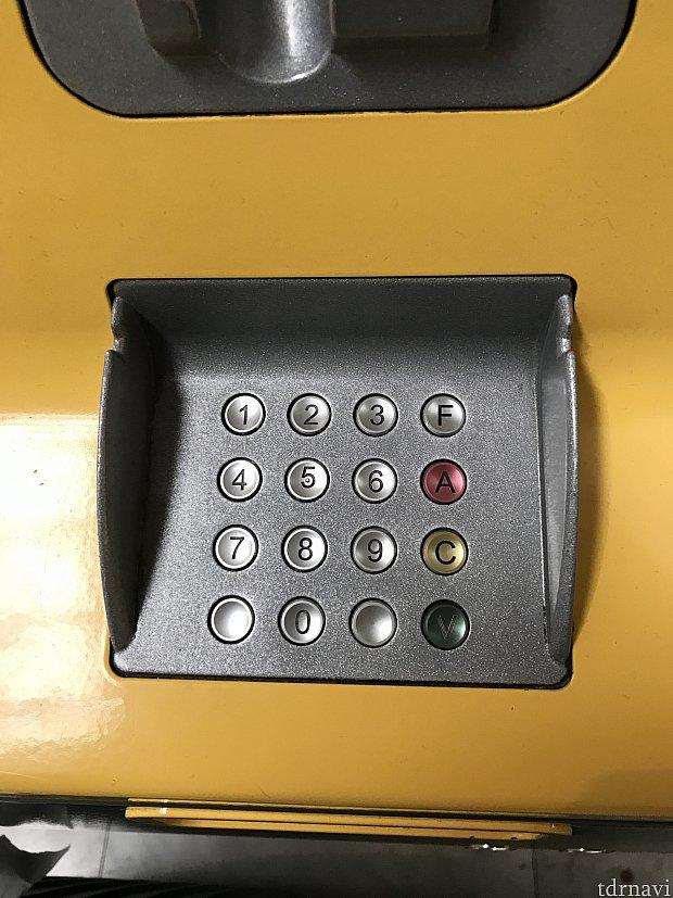 PINコードを入力して最後に右下のVを押します。 認証が完了すると、カード抜き取ってと言われるので取り出すと、無事に発券されます。 (往路、復路共に出てきます)