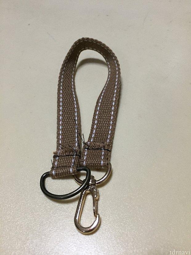 それぞれの端にナスカンとDカンを縫い付けます。完成です。Sサイズとか肩から下げたい場合はこの紐を長く切りショルダーバックのように長さ調整できるように作ると良いです。(私はカバンに付けるので)