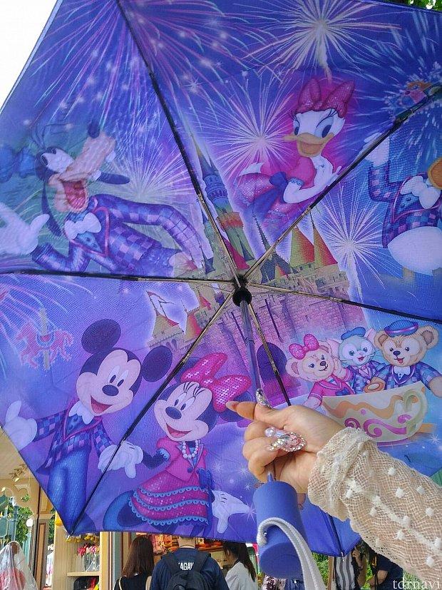 傘。外側はかなりシンプルで、中に絵が書いてある東京ディズニーリゾート方式です。