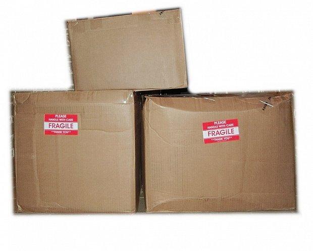 後日届いたグッズたち。大きな箱の長辺で50cm程度です。