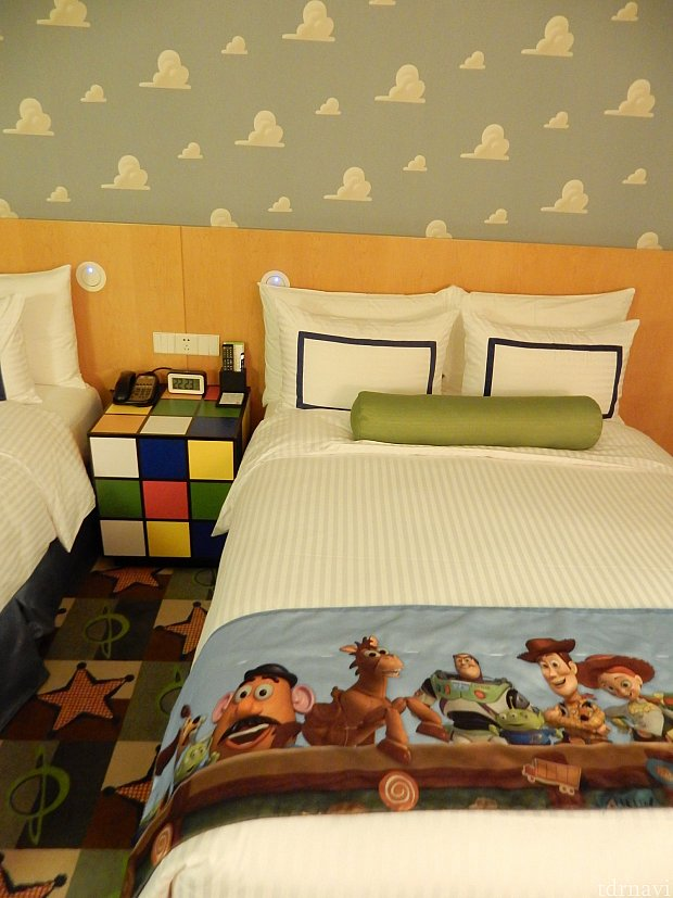 ベッドのサイドテーブルはルービックキューブだ(°▽°*)
