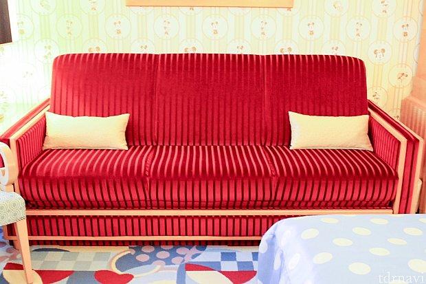 明るさをおさえた赤いソファー(*´∀`)