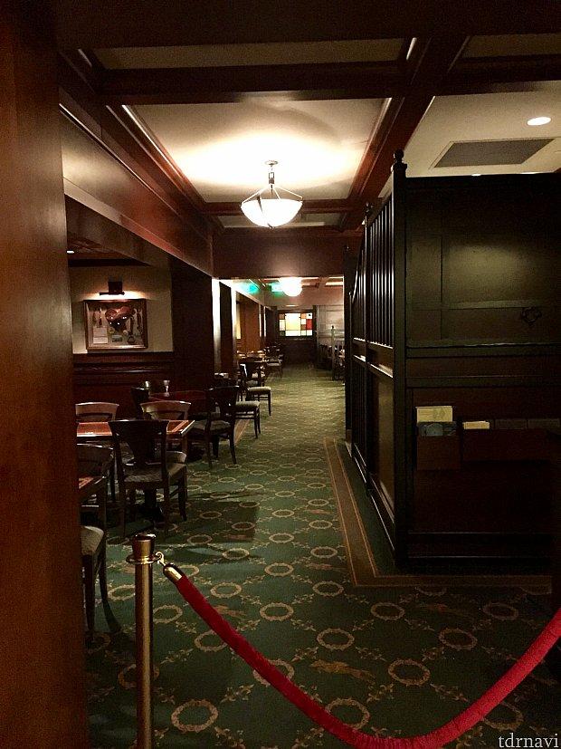 今回僕が来たのは、ディズニー サラトガスプリングス リゾートにある、The Turf Clubと言う僕のお気に入りのレストランです。雰囲気も大人な感じでとても良いんです。