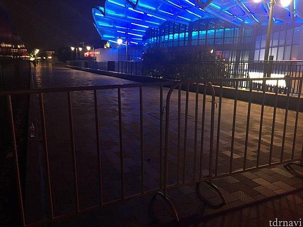 ガッチリと柵でバリケードが作られていました😱 外の柵は19時半から設置されるとのこと。ディズニーから帰る人を一方通行で誘導するためにやってるのでしょう。