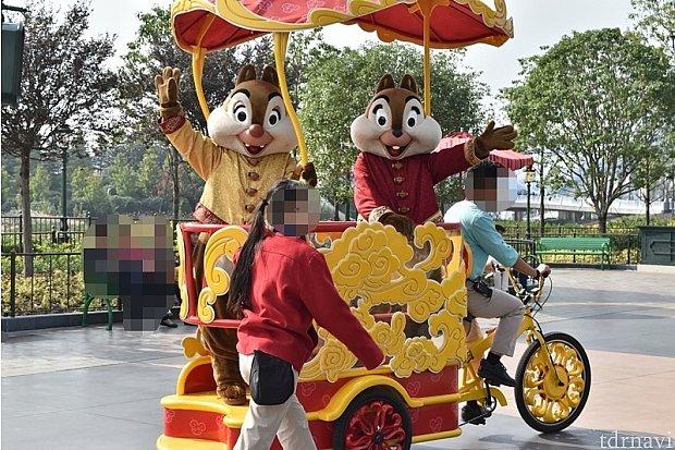 チップとデールは、自転車の後ろに乗せてもらって「いってきま~す♪」