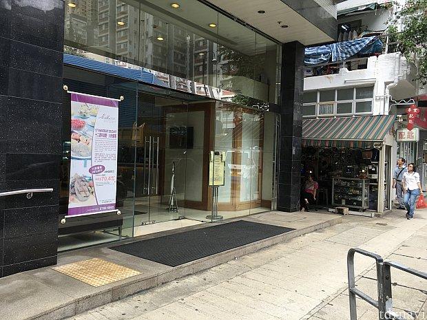 ホテル入口。一つ上の階にカフェ(朝食会場)があります