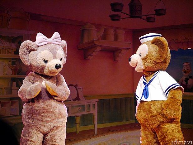 ダッフィーとシェリーメイの初対面!緊張してる様子が伺えます・・