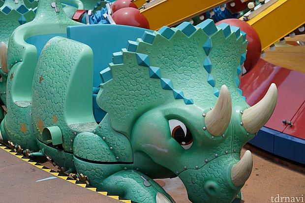このトリケラトプスに乗ります。