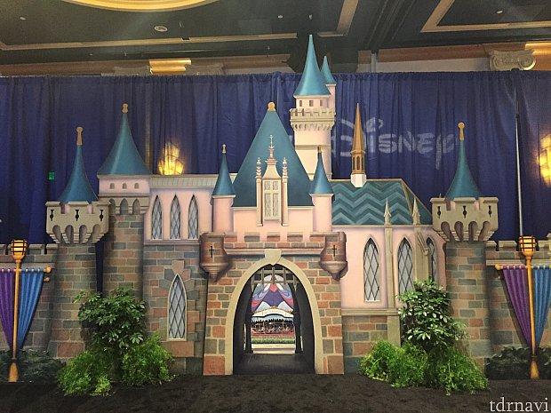 Waltのこだわり、お城の向こうにカルーセルが見えるというのを再現しているフォトロケーション。