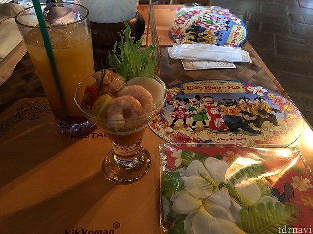 ウェルカムドリンクの「ポリネシアンパンチ」とオードブル。 クペエ(腕につける花かざり)とサイン入りプレートもお土産でいただけます!