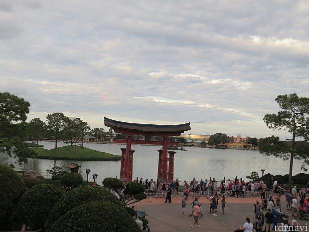 日本館「東京ダイニング」から観た1回目のダイニングパッケージ列の状況。鳥居前で列のなっているのがダイニングパッケージの列です。