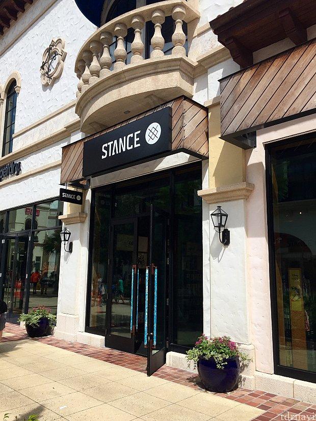 STANCEはユニクロの斜向かい、タウンセンター内にあります。