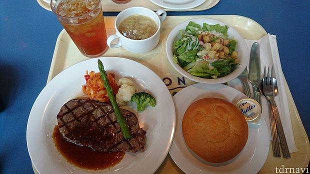 左手前から、グリルドビーフ和風ソース、アップルティーソーダ、ベジタブルスープ(季節のスープ)、シーザーサラダ、パン