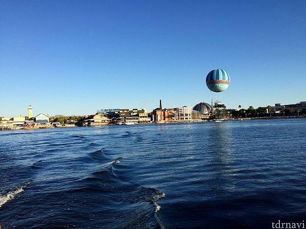 アルコールとチキンウィングを楽しんだ後に無料フェリーでクルーズも格別。水上からのディズニースプリングスの景色を見るのもなかなかです。