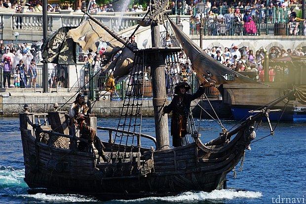 なんだかんだあって、バルボッサとジャックスパロウがハーバー中央で大砲を打ち合う海戦に!
