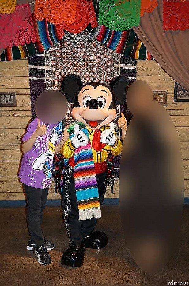 ミッキーに会えたよ~(*≧∀≦*)衣装カッコイイよ~♪着てるTシャツがミッキーじゃなくて申し訳ない気持ち(((^_^;)