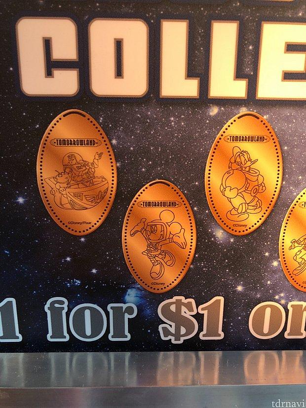Mickey's Star Tradersにて。 こちらはクレジットカード決済可能なタイプです。5ドルで8枚なのでちょっと割高ですが、宇宙服のミッキーやアトラクションで遊ぶキャラクターが可愛い❤️