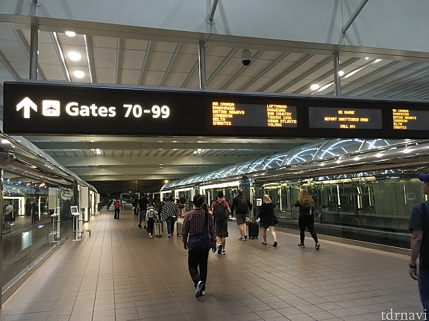 手荷物検査を終えて、電車で搭乗口へ!
