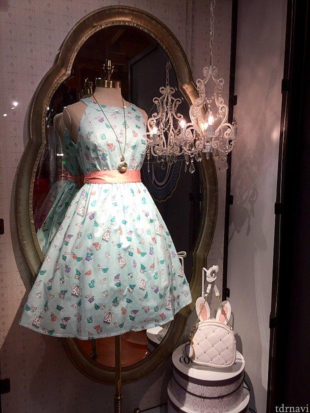 アリス イン ワンダーランドのテーマのドレス。お値段は$98です。
