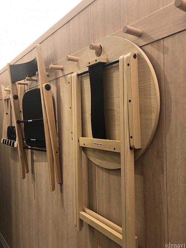 テーブル、椅子、が壁に掛かってますユニークです。