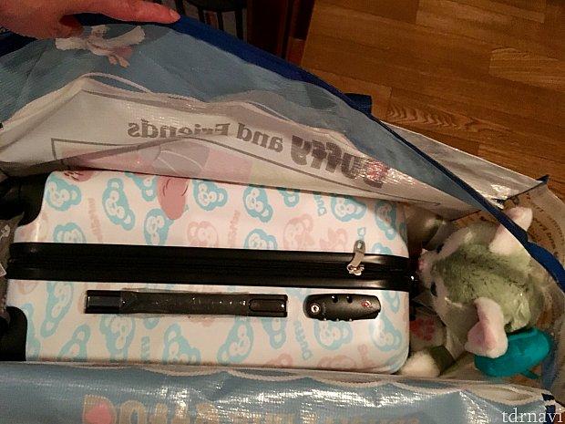 スーツケースの横にジェラもはいりますショッパーの口上はファスナー付き