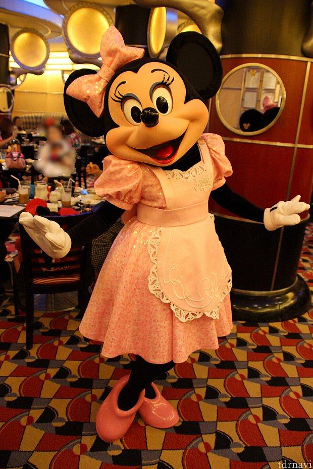 ピンクのエプロンがよく似合っているミニーちゃん♡