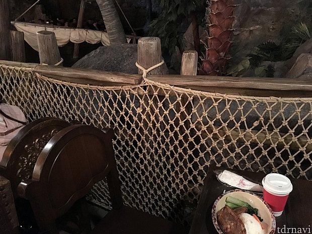 柵は椅子の背もたれぐらいの高さがあるので、そこまで見られている感は低いです