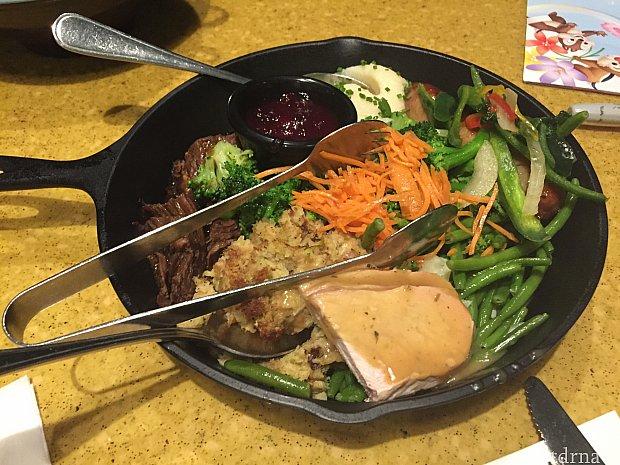 メインのお料理。豚肉、鶏肉、鴨肉お肉だけでも3種類。野菜(ピーマン、いんげん)もとてもたっぷり。