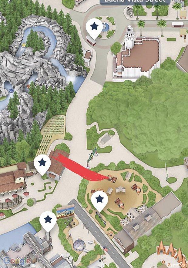 入り口がこの画像では上にあります。 赤線のところまで開園前に進むことができます。