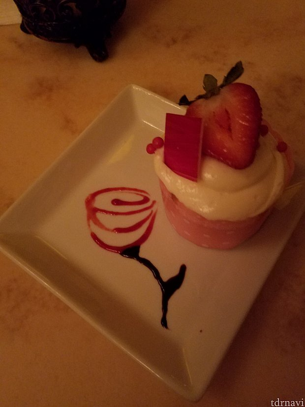 デザートに、Strawberry Cream Cheese Cupcakeを選びました。お皿に盛る時に、ささっとバラを描いてくれました。粋な演出です。