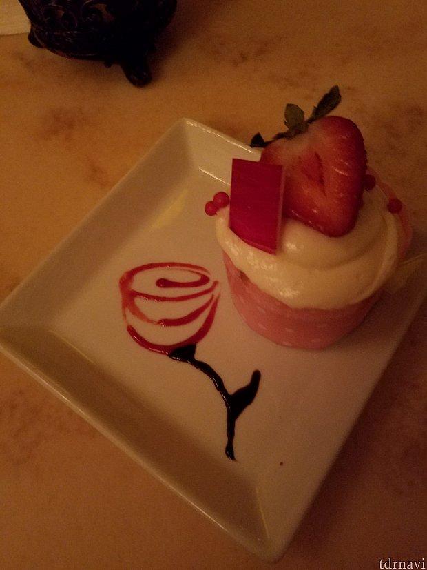 Strawberry Cream Cheese Cupcake。 お皿に盛る時にバラを描いてくれました。