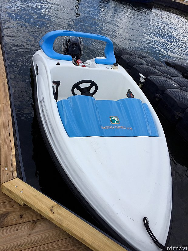 こちらは小型ボートのSea Racer。2人まで乗船可能ですが、一人だとかなりのスピードが出てとても楽しいです。スピード感を楽しむならこちら!こちらもとっても簡単な操縦方法です。