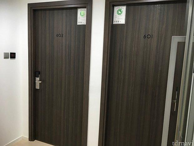 エレベーターを降りると…、本当にワンフロア2室のみ!4人で泊まったらワンフロア独占できるかも