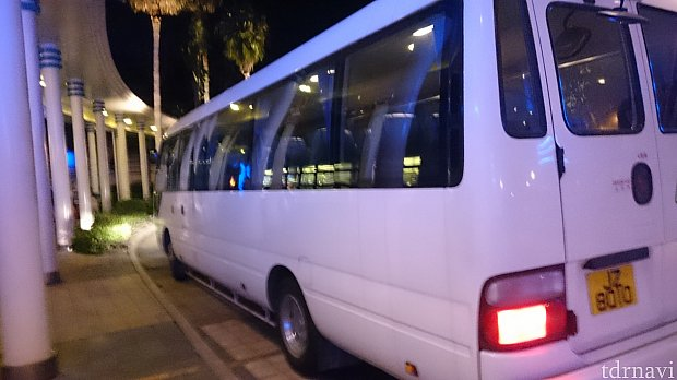 マイクロバス。パークとホテル間を運行しているようなディズニー専用ではなく、一般の乗合バスのような感じでした。15人くらい乗れそうですが、私が利用した時は4名でした。
