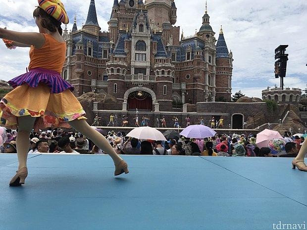 ここからは1回目の写真でお送りします。スタートし、ダンサーさん登場!後方ステージでもガンガンに踊ります