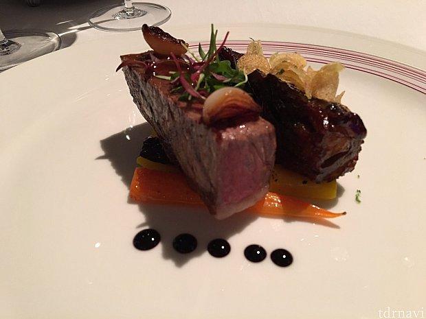 メインのお肉料理。二種類のお肉で、それぞれ味付けが異なります。お肉の焼き加減はレア、ミディアム、ウェルダンから選びます。レアをチョイス☆