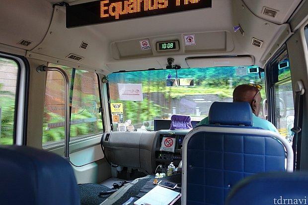 普通のマイクロバスです。電光掲示板で次のバス停を案内してくれます。