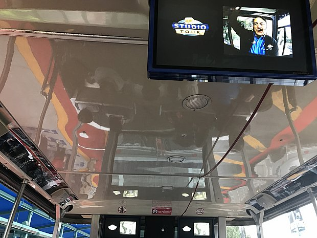 こんな感じでモニターがいくつか天井についていて、映画のシーンやガイドさんの映像が生放送されています。