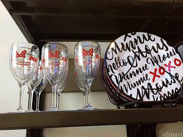 こちらもプラスティック製のワイングラスとお皿。