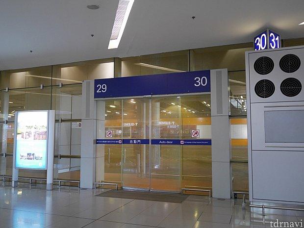 ターミナル2の下にあるホテル行きシャトルバスのバス停。ガラス扉の向こうにバスが来ます。時間は1分くらい遅れることも。