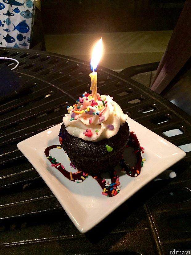 友達がお誕生日だったので、サーバーさんがこのカップケーキを持って来てくれました。