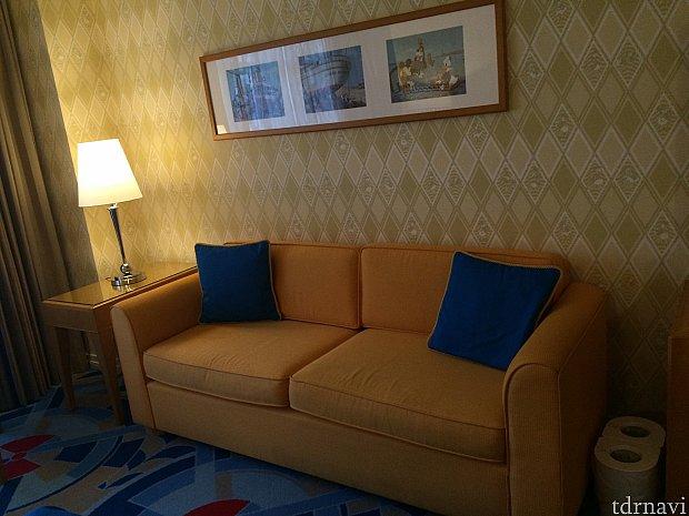 ソファーの色もドナ。