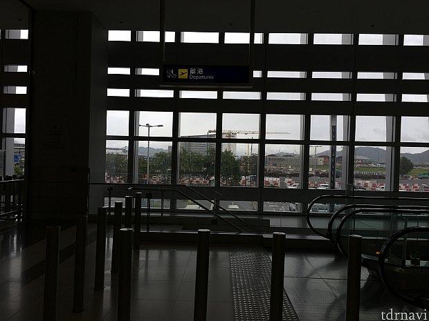 バニラエアは香港国際空港の第2ターミナルで搭乗手続き。香港エクスプレス航空にさんざん乗っている割には、第2ターミナルから出国するのは初めてという…時間帯が良かったのか、出国審査も手荷物検査もほぼ待ち時間なしでした