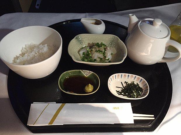 到着前に鯛茶漬け。醤油とゴマだれで味わった後、出汁を掛けて頂きます。うまーい!