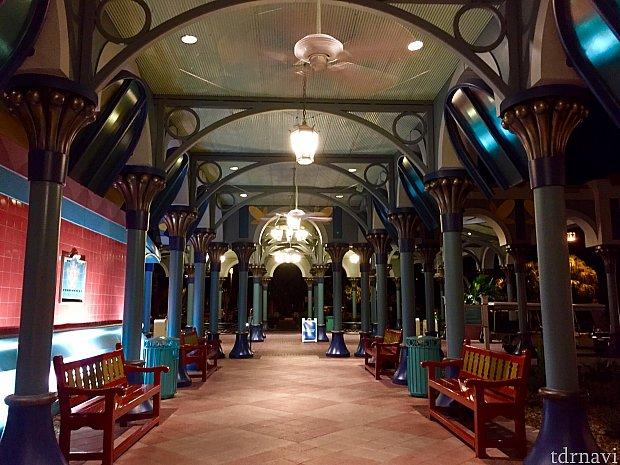 ホテルエントランス。ホテル全体がカラフルなマヤ文明の色調で統一されています。