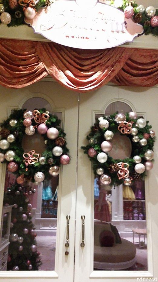 ステキなクリスマスリースが飾ってありました。