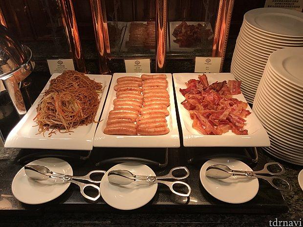 朝食です。焼きそばみたいなやつは1日目は細い麺でしたが、2日目はきしめんの半分くらいの太さの麺でした。2日目やつの方が美味しかったです。